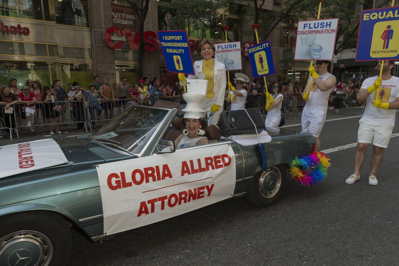 Gloria Allred na paradzie równości  w Nowym Jorku w 2016 roku (fot. Shutterstock)