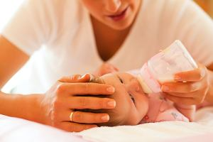 Biegunka u niemowlaka stresuje rodziców. Jak sobie z nią radzić? Co podać, żeby odbudować mikroflorę jelit dziecka?