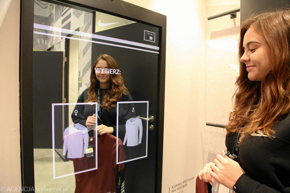 Nowe interaktywne lustro we Wroclavii. Jego zastosowanie prezentuje Gabriela Szymańska, jedna z ekspedientek salonu Nike.