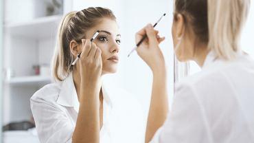 Dobry makijaż brwi za pomocą cieni