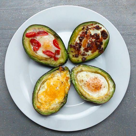 Awokado zapiekane z jajkiem to proste w przygotowaniu i zdrowe śniadanie.