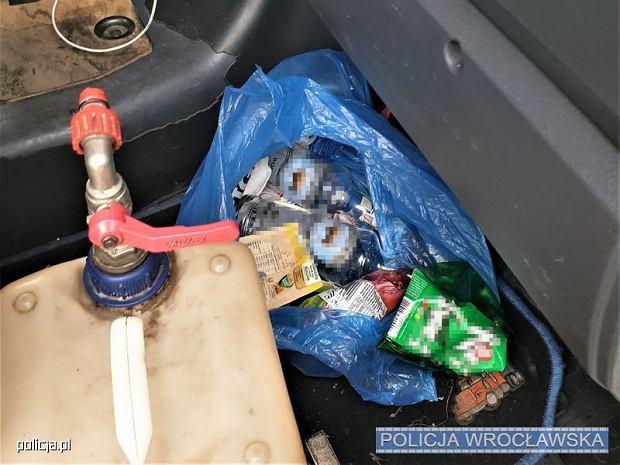 Policjanci zatrzymali na A4 40-tonowego TIR-a, który zjeżdżał na inne pasy. W środku? Pijany kierowca i butelki wódki