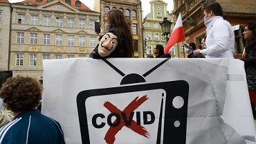 Za manifestacja antycovidowców we Wrocławiu stoi niezależna telewizja z ufologiem, sygnalistką kontroli umysłu i jasnowidzem.