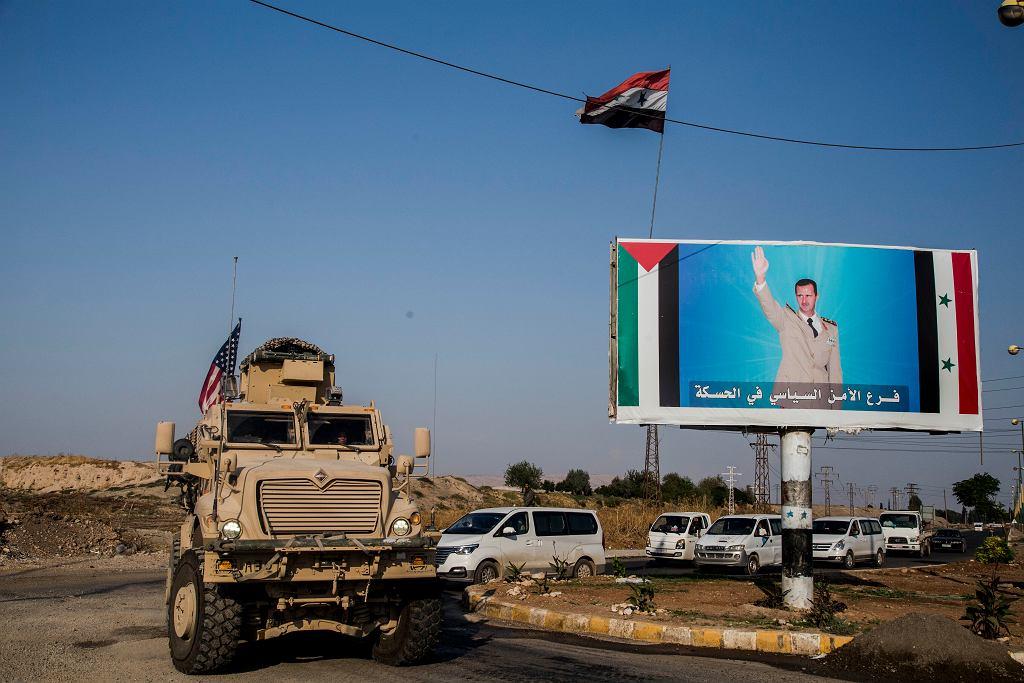 Amerykański konwój wojskowy po przekroczeniu syryjskiej granicy w drodze na pola naftowe
