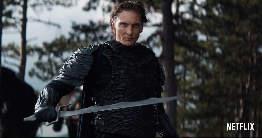 Eamon Farren jako rycerz Cahir w serialu 'Wiedźmin'