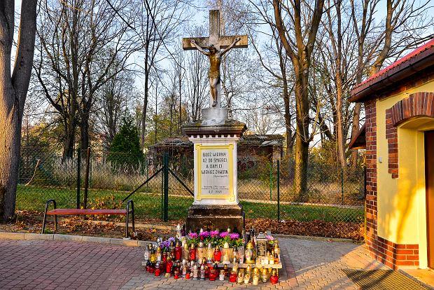 Zdjęcie numer 9 w galerii - 1 listopada w Bielsku-Białej. Kwiaty, wieńce i znicze na grobach [ZDJĘCIA]