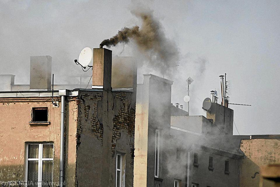 Dramatyczna sytuacja w małych i średnich miejscowościach wynika ze spalania węgla i drewna w 'kopciuchach', które są podstawowym źródłem ciepła w domach