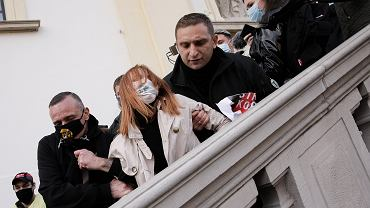 Protest na Krakowskim Przedmieściu. Narodowcy zepchnęli kobietę ze schodów
