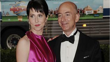 Jeff Bezos, założyciel Amazonu, poznał swoją żonę w 1992 roku w pracy. 'Nasze biura sąsiadowały ze sobą i przez cały dzień słyszałam jego cudowny śmiech. Jak mogłam się nie zakochać?' - mówiła w wywiadzie dla 'Vogue'a' MacKenzie Bezos. W styczniu 2019 r. świat dowiedział się, że para zamierza się rozwieść