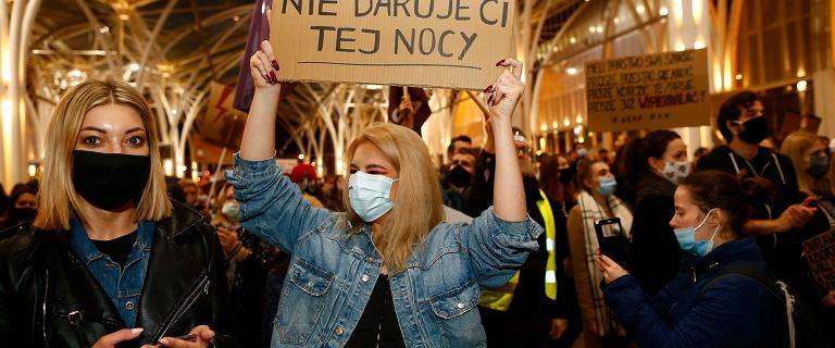 """Protest pod siedzibą TVP.  """"Jesteśmy obrażane, stygmatyzowane, piętnowane"""""""
