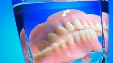 Pod protezę dostaje się drobinki jedzenie oraz bakterie. Jej dokładne czyszczenia pozwala uniknąć zakażenia