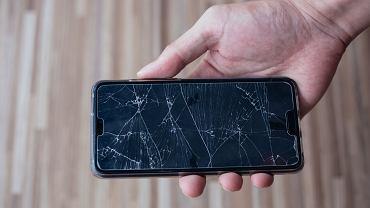 Pęknięty ekran w smartphonie.