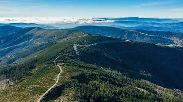 Szlaki na Skrzyczne wiodą ze Szczyrku, ale także z innych, mniejszych miejscowości w okolicy.
