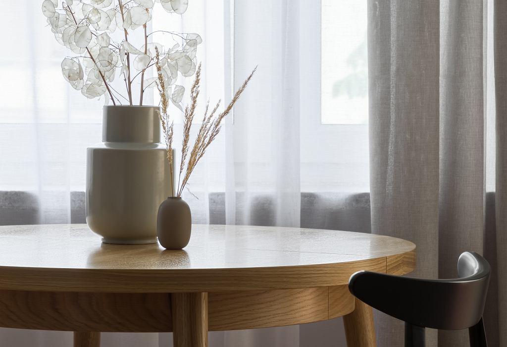 Okrągły stół rozkładany z litego drewna.