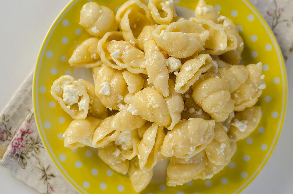 Makaron z serem można przygotować na wiele różnych sposobów - począwszy od prostego zmieszania makaronu z wczorajszej zupy z białym serem i doprawienia cukrem, po zapieczenie go w piekarniku