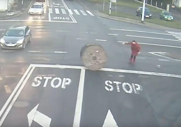 Pogoń za szpulą w Kaliszu. Bęben z kablem spadł z ciężarówki.