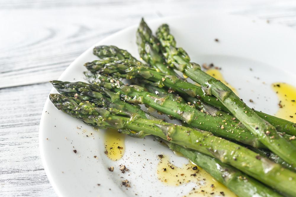 Szparagi są bardzo dobrym dodatkiem do wielu potraw, lecz dla wielu osób są one problematyczne do przygotowania.