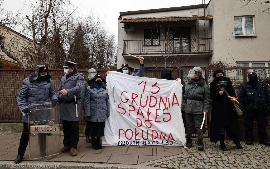 Grupa 'Lotna Brygada Opozycji' w czasie protestu przed domem Jarosława Kaczyńskiego