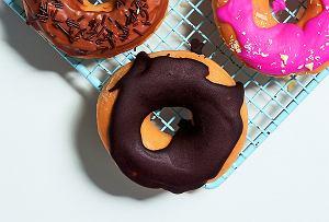 Donuty z borówkami zpolewą czekoladową