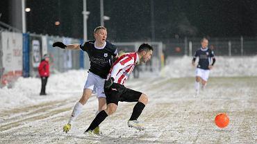 Stomil - Cracovia 3:0. Paweł Piceluk walczy o piłkę