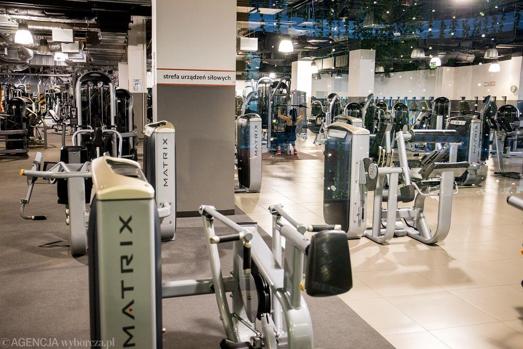 Pandemia koronawirusa. Siłownia Fitness Point w galerii MM - działa w czerwonej strefie, ćwiczą tylko 'sportowcy przygotowujący się do zawodów'. Poznań, 19 października 2020