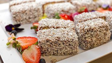 Tradycyjny australijski deser - ciasto lamington (zdjęcie ilustracyjne)
