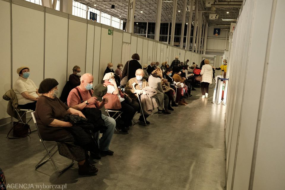 Pierwszy dzień szczepień dla seniorów, którzy skończyli 70 lat. Szczepienia w szpitalu tymczasowym na MTP w Poznaniu. Seniorzy musieli czekać na szczepienia dwie godziny, bo dawki nie dojechały na czas