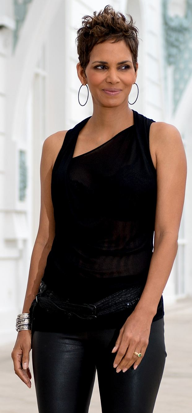 ?2013 RAMEY PHOTO 310-828-3445 Rio de Janeiro, Brasil, April 10, 2013 HALLE BERRY rocks an all black outfit as she poses during a photo call to promote her movie The Call , in Rio. PGgilam7 *** Local Caption *** PGgilam7