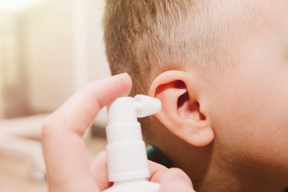 Jeśli potrzeba odetkać ucho zatkane woskowiną, najlepiej zastosować preparaty apteczne do czyszczenia uszu, które rozcieńczają i ułatwiają wypłukiwanie woskowiny z ucha.