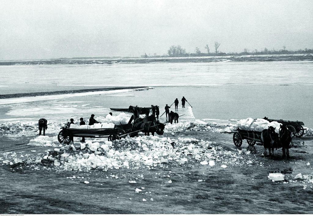 Wyrąb lodu na Wiśle pod Warszawą (luty 1935 roku)