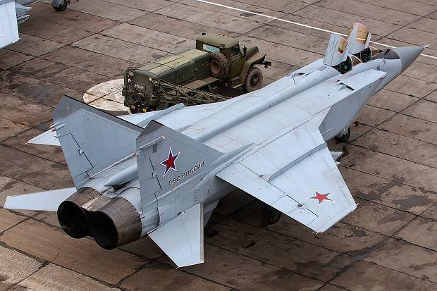 MiG-31 to największy myśliwiec świata. Jak bardzo jest duży widać w porównaniu do stojącej obok ciężarówki
