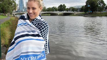 <b>Angelique Kerber</b> postanowiła w orzeźwiający sposób uczcić swój triumf w Australian Open i w niedzielny ranek... wykąpała się w lodowatej wodzie w rzecze Yarra
