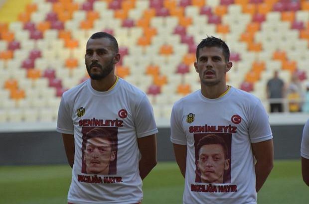 Piłkarze tureckiego klubu wsparli Mesuta Oezila
