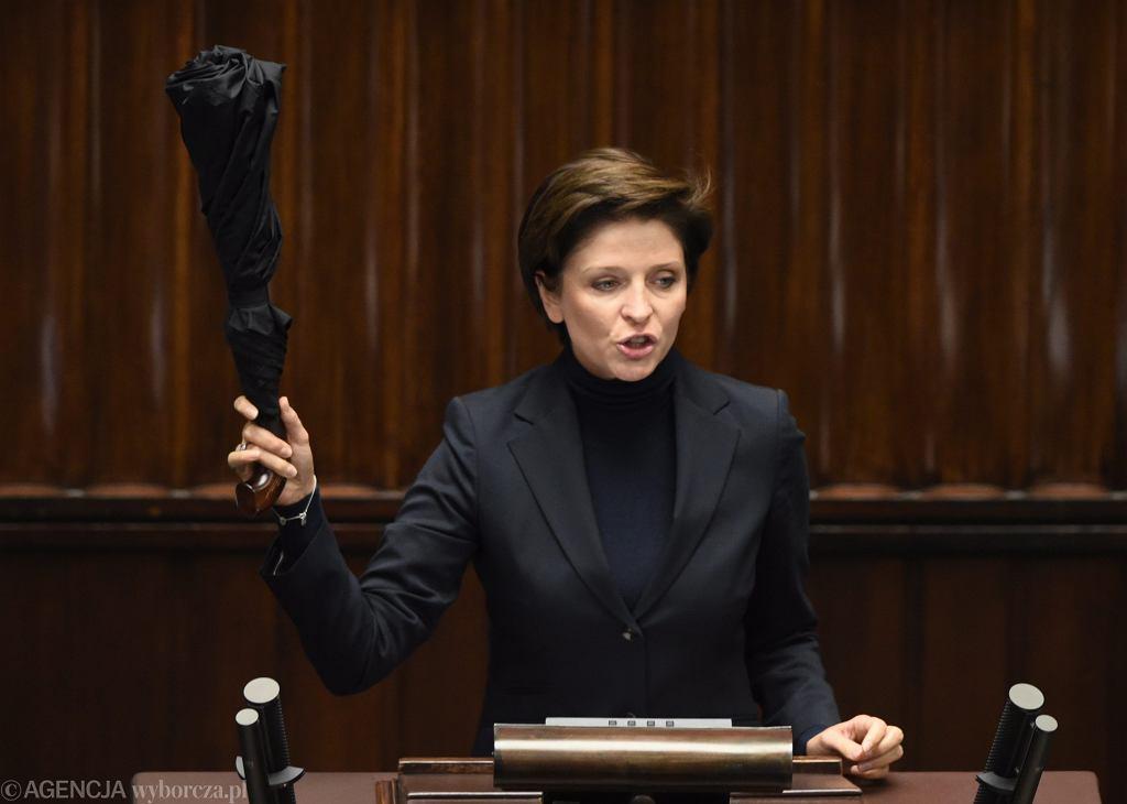 Joanna Mucha z parasolką - symbolem czarnego protestu (fot. Sławomir Kamiński/AG)