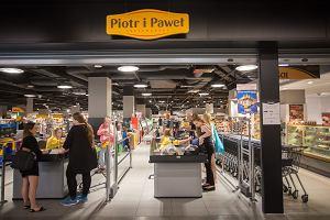 Polskie sieci handlowe nie wytrzymują konkurencji Biedronki i Lidla. Nie pomaga im nawet to, co miało pomóc