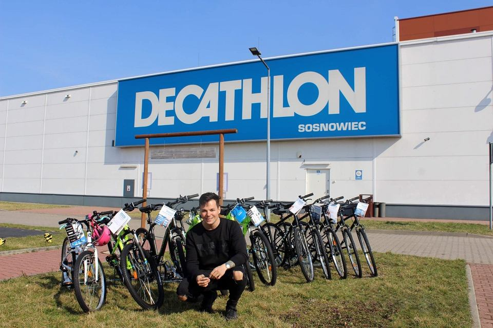 Damian Żurawski z rowerami, które trafią do podopiecznych domu dziecka w Sosnowcu
