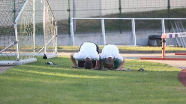 Zaur Sadajew (z lewej) i Adłan Kacajew modlą się po sparingowym meczu Lechii z Apoelem Nikozja