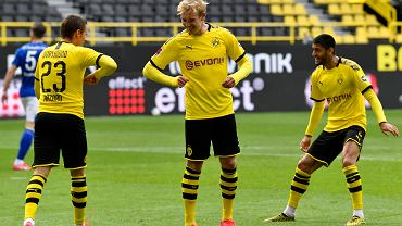 Bundesliga. Radość piłkarzy Borussi Dortmund. Bez uścisków, co najwyżej trącenie się łokciem