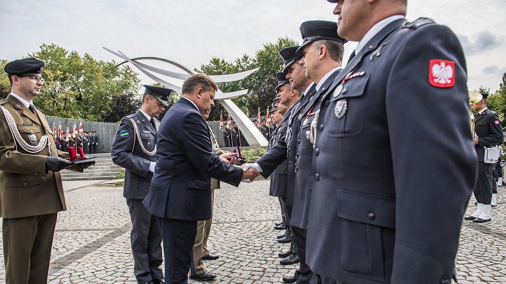Wiceminister Skurkiewicz na obchodach Święta Lotnictwa Polskiego w Warszawie. Na tej samej uroczystości był generał Jamielniak