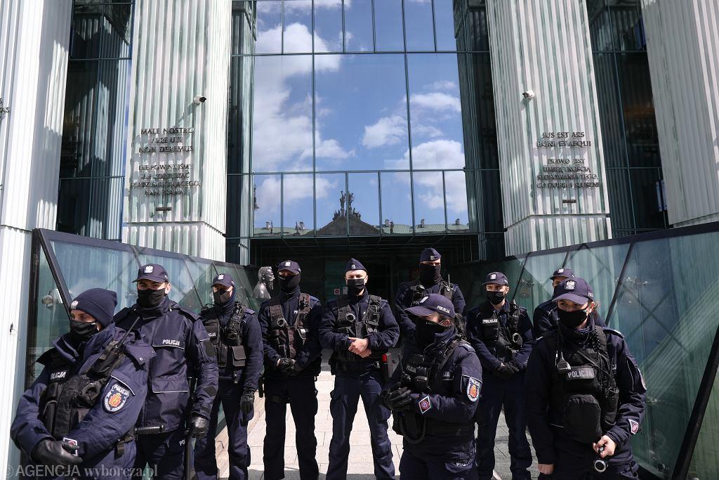 Policja przed Sadem Najwyższym