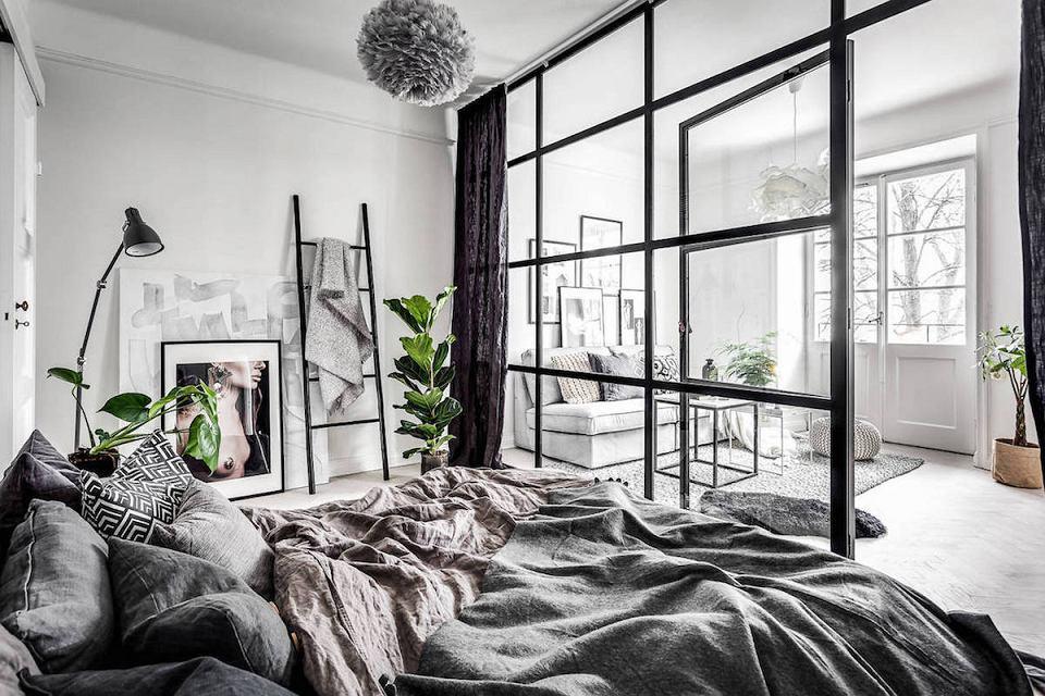 Szklana ściana i drzwi do mieszkania. Świetny sposób na wyznaczenie stref w domu.