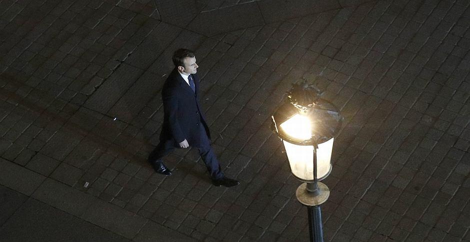 Emmanuel Macron idzie wygłosić przemówienie po ogłoszeniu wyniku wyborów prezydenckich we Francji