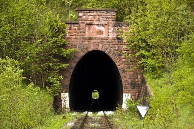 Zdjęcie numer 0 w galerii - Tunele kolejowe w Polsce. Podobnymi mógł jechać