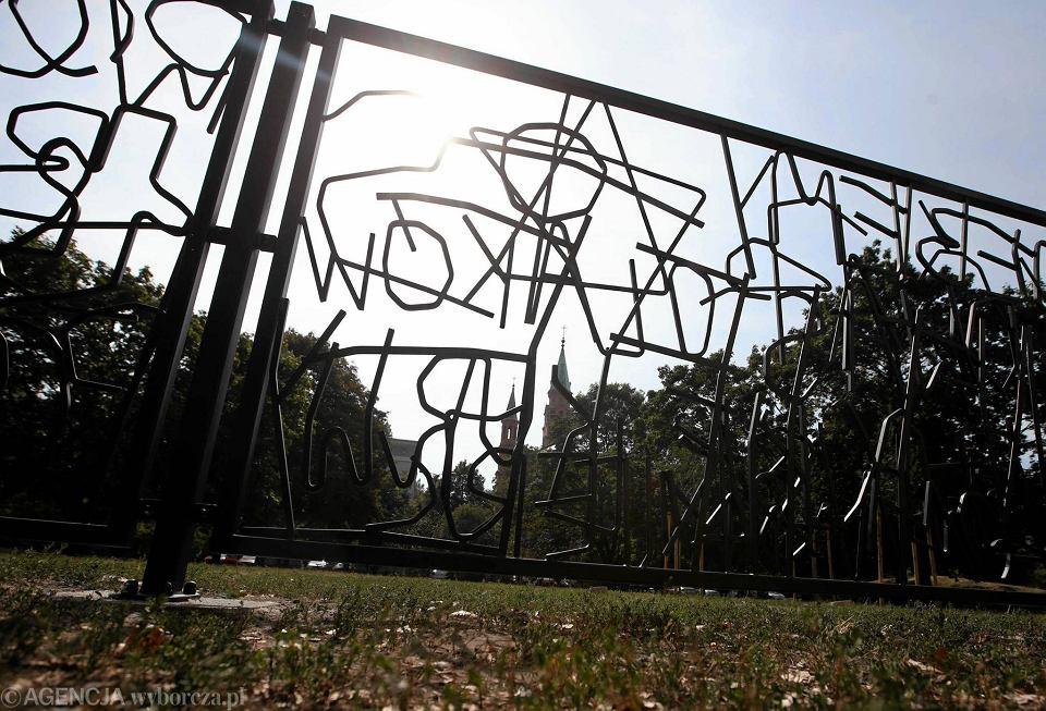 'Płot nienawiści', projekt Huberta Czerepoka, który w sierpniu zeszłego roku wywołał oburzenie części mieszkańców Woli, również znajdzie się na wystawie. Artysta umieścił na płocie hasła mowy nienawiści wypisywane na murach w Polsce