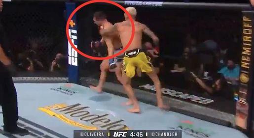 Charles Oliveira w walce wieczoru UFC 262. Nokaut na Michaelu Chandlerze. Źródło: Twitter