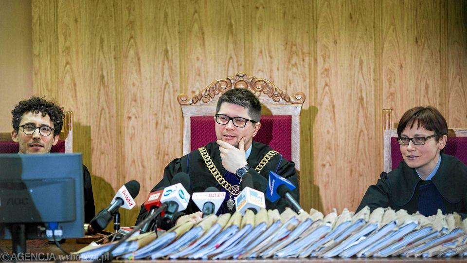 Sędzia Wojciech Łączewski (w środku) ogłasza wyrok ws