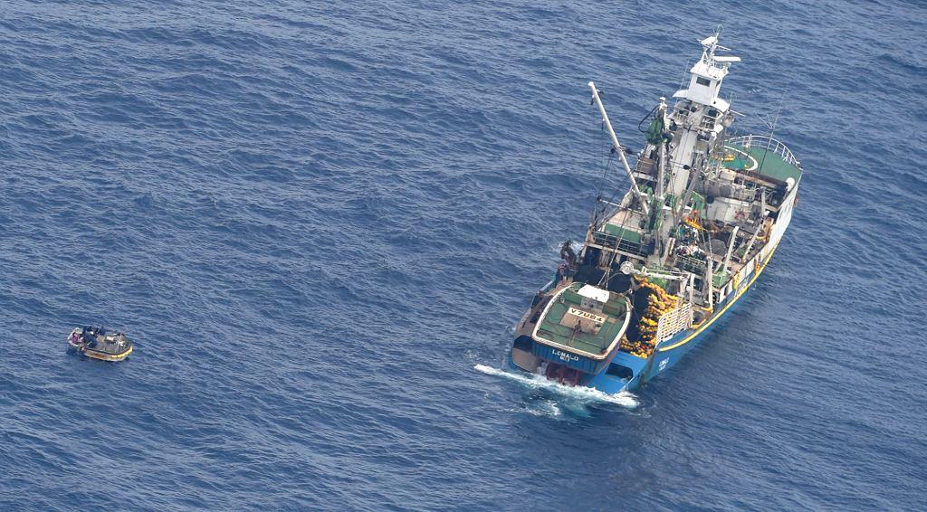 Po lewej stronie mała łódź odnaleziona przez siły powietrzne Nowej Zelandii