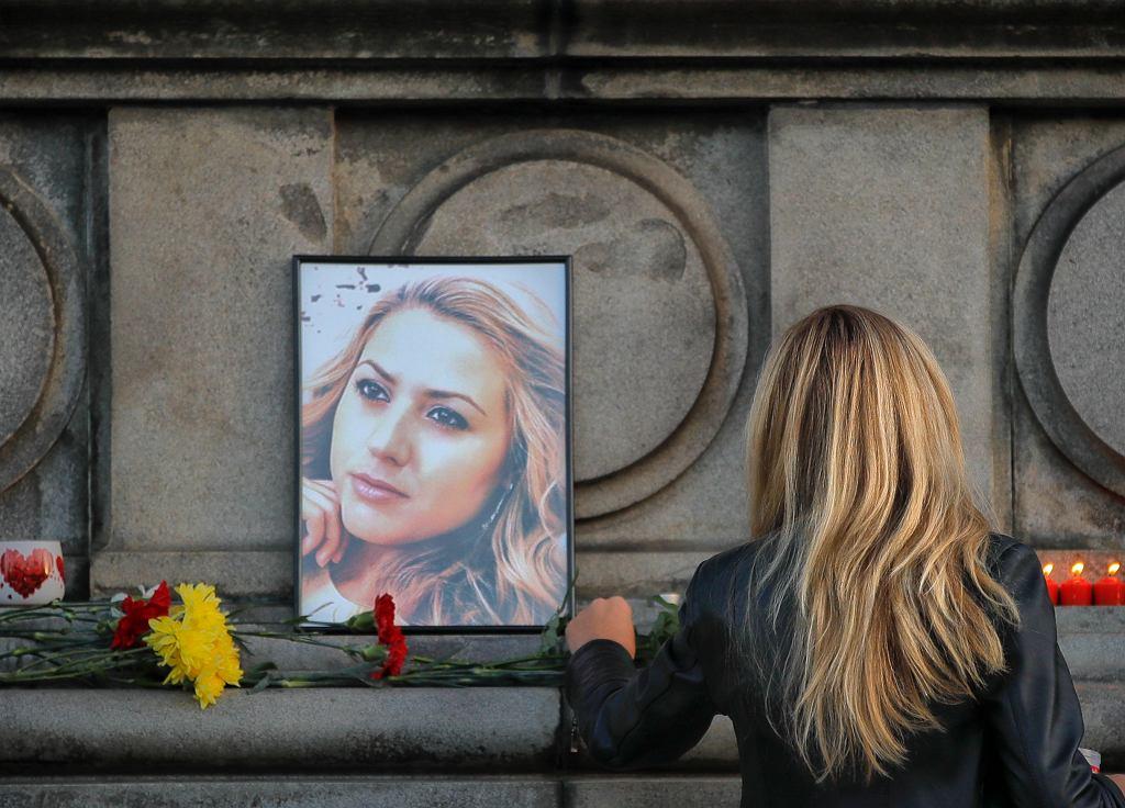 30 letnia Wiktoria Marinowa była dziennikarką śledczą i prezenterką w regionalnej bułgarskiej telewizji TWN. została zgwałcona i zamordowana w w mieście Danube w północno-wschodniej Bułgarii. Na zdjęciu: portret, znicze i kwiaty dla zamordowanej. Ruse, Bułgaria, wtorek, 9 października 2018