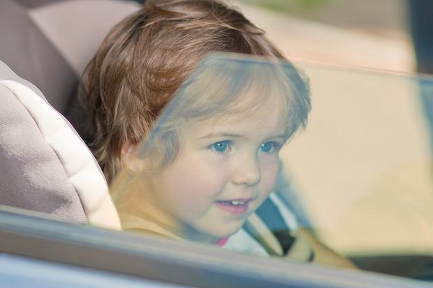 Ratowanie dziecka z rozgrzanego auta. Czy można zbić szybę?