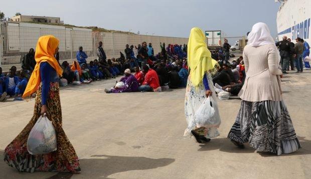Uchodźcy z Afryki na włoskiej wyspie Lampedusa